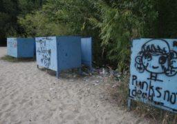 """Роздягальні пляжу """"Марина"""", що на Героїв Дніпра, нагадують звалище"""