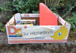 """Німці позбавляються непотрібних речей, виставляючи їх на вулицю в коробках з написом """"Zu verschenken"""" – тобто: """"Віддаю"""""""