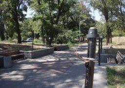 Вандали знищили освітлення на вході до парку Сосновий бір