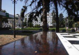 Шахові столики в центрі міста поки використовують не за призначенням