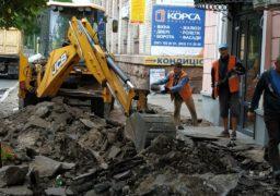 Біля ЦНТІ у середмісті Черкас ремонтують тротуар