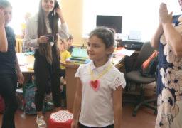 Молодшішколярі смілянської школи №3 виготовили флікери –наліпки, що відбивають світло в темряві