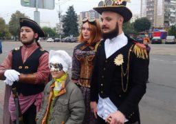 """Учасники аматорського театрального фестивалю """"Fortuna Fest"""" пройшли карнавальною ходою центром міста"""