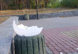 Вандали знову понівечили ліхтарі на вході до парку Сосновий бір