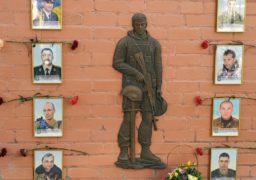 У Черкасах біля Будинку ветеранів відкрили стелу пам'яті загиблих в російсько-українській війні