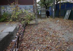Територія поруч з двома новобудовами, які виростають у кварталі між вул. Гоголя та Соборною площею, перетворилася на громадський туалет