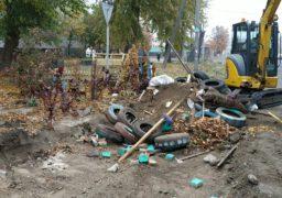 На розі бульвару Шевченка та вулиці Новопречистенської упорядковують смітник