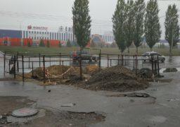 Посеред зупинки по вул. Сумгаїтська розкопаний котлован