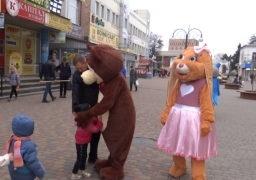 У День обіймів ростові ляльки обіймали всіх охочих на центральній площі Сміли та на бульварі Бобринського