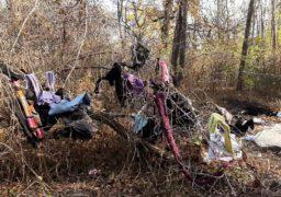 У парку «Лісова пісня» невідомі викинули купу непотребу з секонд-хенду
