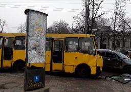 На розі бульвару Шевченка і Пастерівської маршрутка врізалася в кросовер, постраждали 2 дорослих та дитина