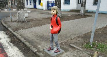 Неподалік гімназії №9 встановили макети дітей з метою попередження ДТП