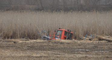 Під Смілою під час косіння очерету на території гідрологічного заказника втопили трактор