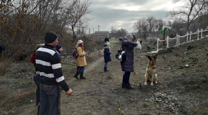 Небайдужі сміляни врятували з люка вівчарку