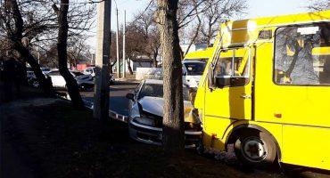 У Черкасах четверо осіб постраждали внаслідок зіткнення двох автівок та маршрутки