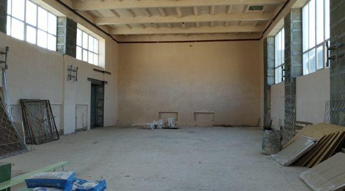 Учні 5-ї школи у Черкасах займаються фізкультурою в коридорах
