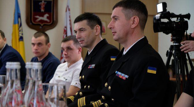 """У Черкаській міськраді зустрілися з героїчним екіпажем тральщика  """"Черкаси"""", який боронив корабель від російських загарбників"""