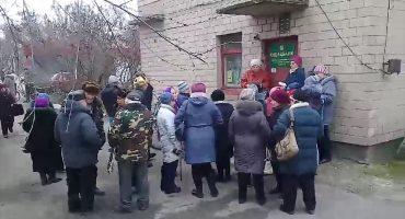 """Мешканці Благодатного протестують проти закриття єдиної в селі банківської установи – відділення """"Ощадбанку"""""""
