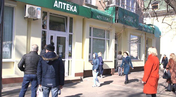 В аптеки Черкас пускають лише по одному покупцю, решта чекають на вулиці