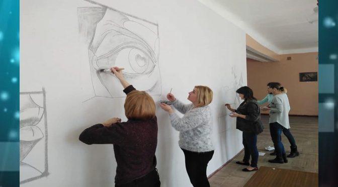 Педагоги Смілянської мистецької школи-інтернату під час карантину розмальовують стіни в холі навчального закладу