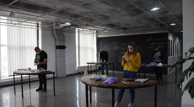 Волонтери Нацкорпусу виготовляють захисні екрани для черкаських медиків
