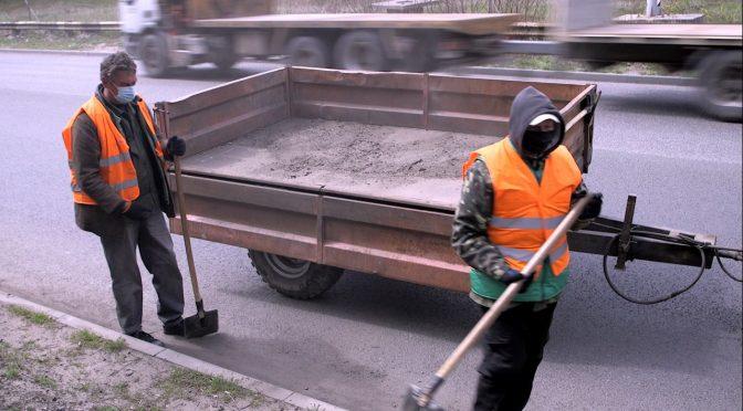 Комунальники прибирають дороги Черкас після зими