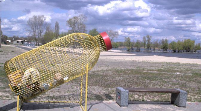 """Поруч із черкаськими пляжами встановили металеві """"пляшки"""" для збору пластику"""
