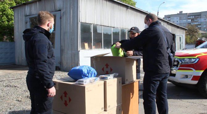 """Представники """"Національного Корпусу"""" привезли черкаським рятувальникам волонтерську допомогу  – дозиметри та спальні мішки"""