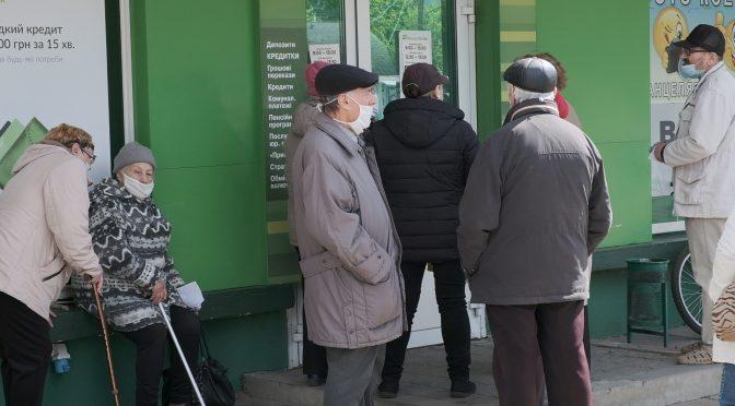 Життя у чергах: сотні черкащан проводять години біля банків та пошт, щоб зекономити 10-15 грн на оплаті комірного