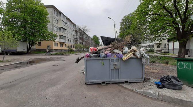 Бак для великогабариту на розі Новопречистенської/Шевченка створює небезпеку для руху транспорту