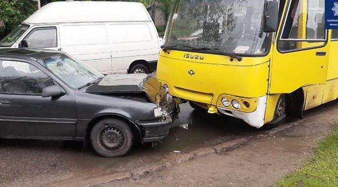 У Черкасах маршрутка виїхала на зустрічну і не розминулася з Opel