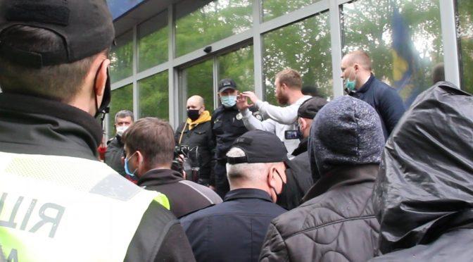 У Черкасах – масові протести під Головним управлінням Національної поліції. Люди вимагають поваги до Конституції і намагаються захистити права місцевого самоврядування