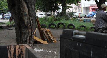 «Нова якість» вивозить сміття з непідготовленого майданчика в середмісті, залишаючи частину непотребу на місці