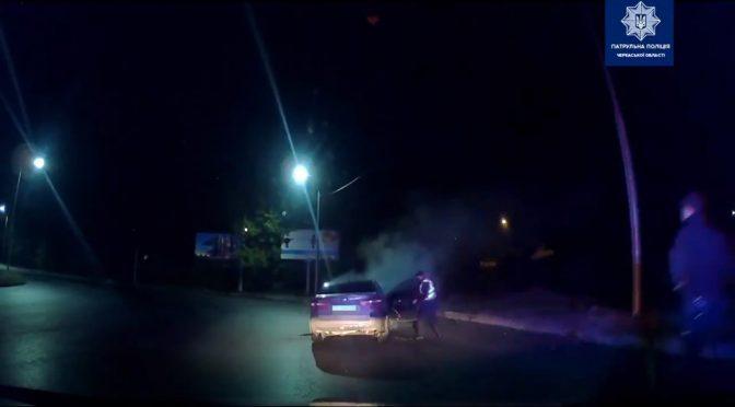 Черкаські патрульні витягли потерпілих із задимленого авто