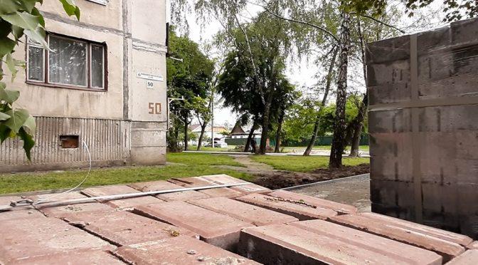 У Черкасах здійснюються роботи із благоустрою низки пішохідних доріжок. Наразі триває ремонт тротуарів уздовж Новопречистенської на розі з Гоголя.