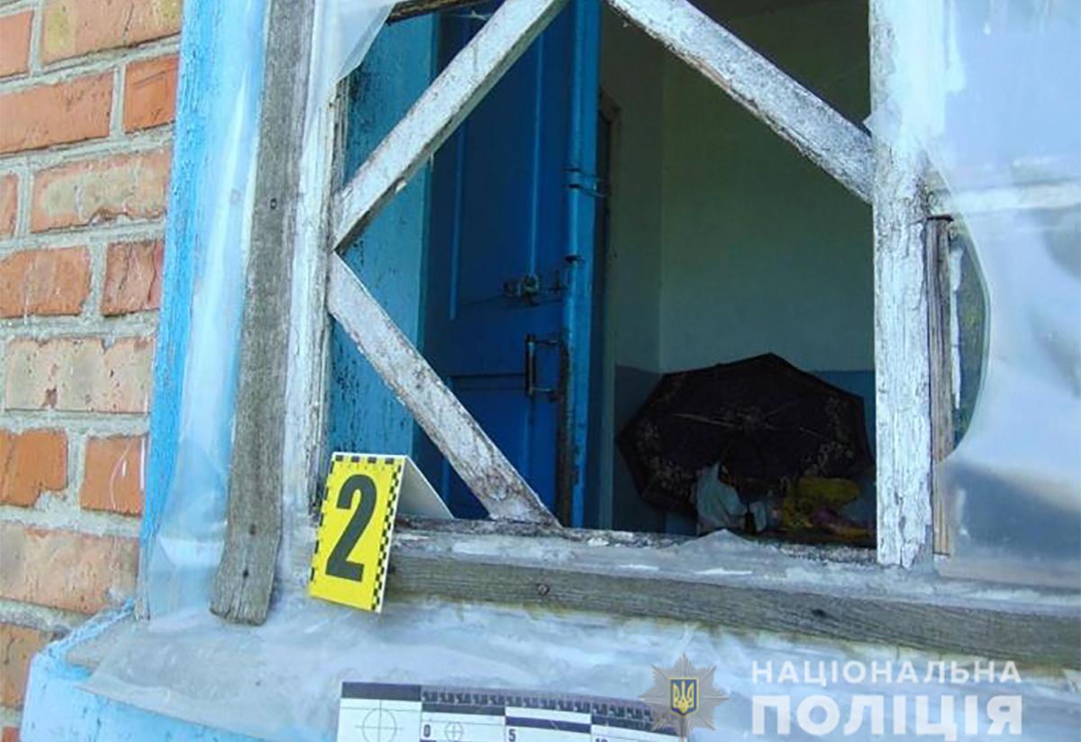 Зловмисник вночі проник в будинок жительки Городища, побив її та намагався задушити. Жінка прикинулася мертвою. Він забрав гроші та втік з місця події. Зловмисника затримано, грошові кошти вилучено. Дії затриманого кваліфіковані слідчими за статтею 187 Кримінального кодексу України.