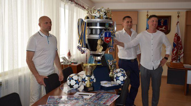 Анатолій Бондаренко презентував кубок, який отримає переможець футбольного турніру