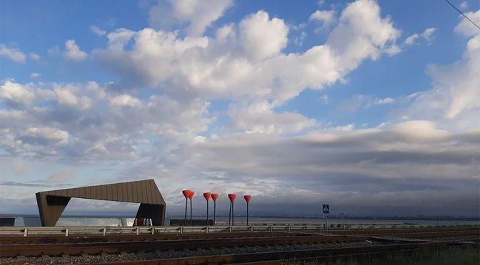 Черкаські комунальники прибрали оглядовий майданчик на дамбі, який збудувала обласна влада часів Порошенка за співучасті Мінрегіонбуду