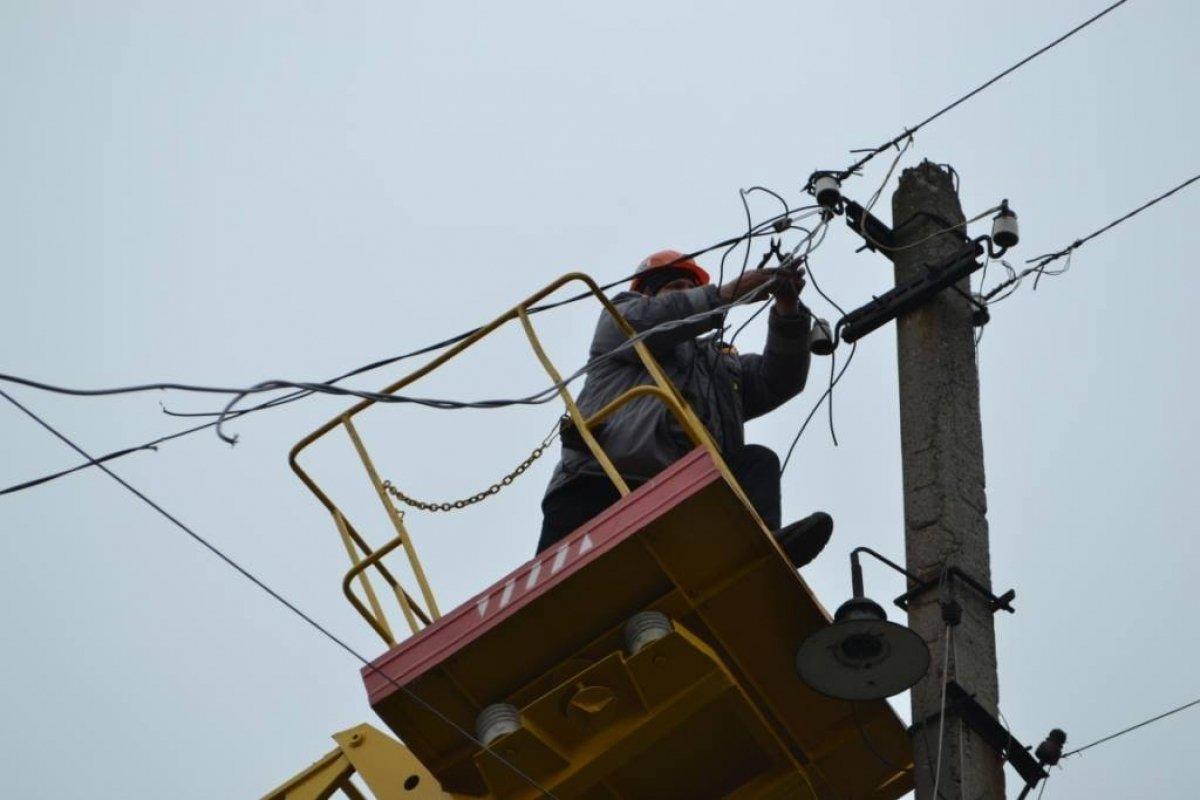 Аварійні бригади ПАТ «Черкасиобленерго» працюють над ліквідацією наслідків негоди, що вирувала вчора на Черкащині. Через погіршення погодних умов - грози, зливи, шквалистий вітер - станом на ранок 23 червня без електропостачання залишилися 19 населених пунктів області, з них - 9 частково.