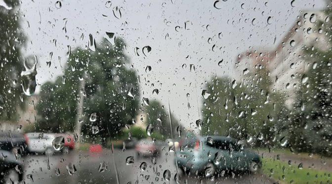 холодний атмосферний фронт приніс на Черкащину дощі, грози та шквали. В Умані та Звенигородці за 1-3 год. випало 20-29 мм дощу, що відповідає декадній нормі. А у м. Золотоноша лише за 3 години зареєстровано 42 мм дощу або 60% місячної норми. Така злива супроводжувалася шквальним вітром 19 м/с.
