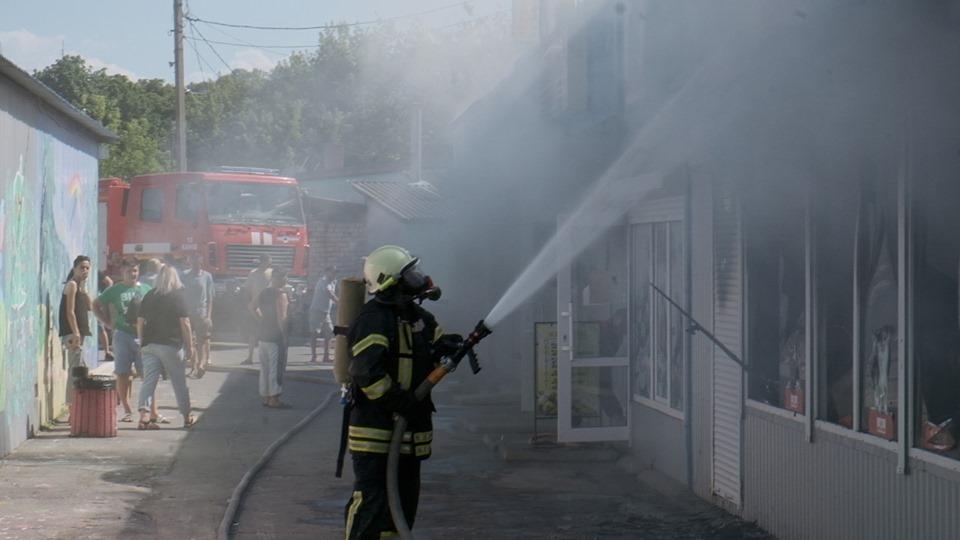 """Журналісти """"Антени"""" стали свідками події. Густий дим окутав територію ринку та розповсюдився на житловий мікрорайон поруч. Ще до приїзду на місце події рятувальників, через щільну забудову, вогонь встиг поширитися на 5 сусідніх павільйонів."""