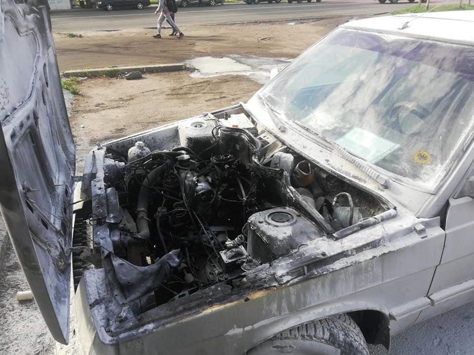 15 липня у Черкасах на вулиці Смілянській рятувальники ліквідували загоряння легкового автомобіля «Renault 11»