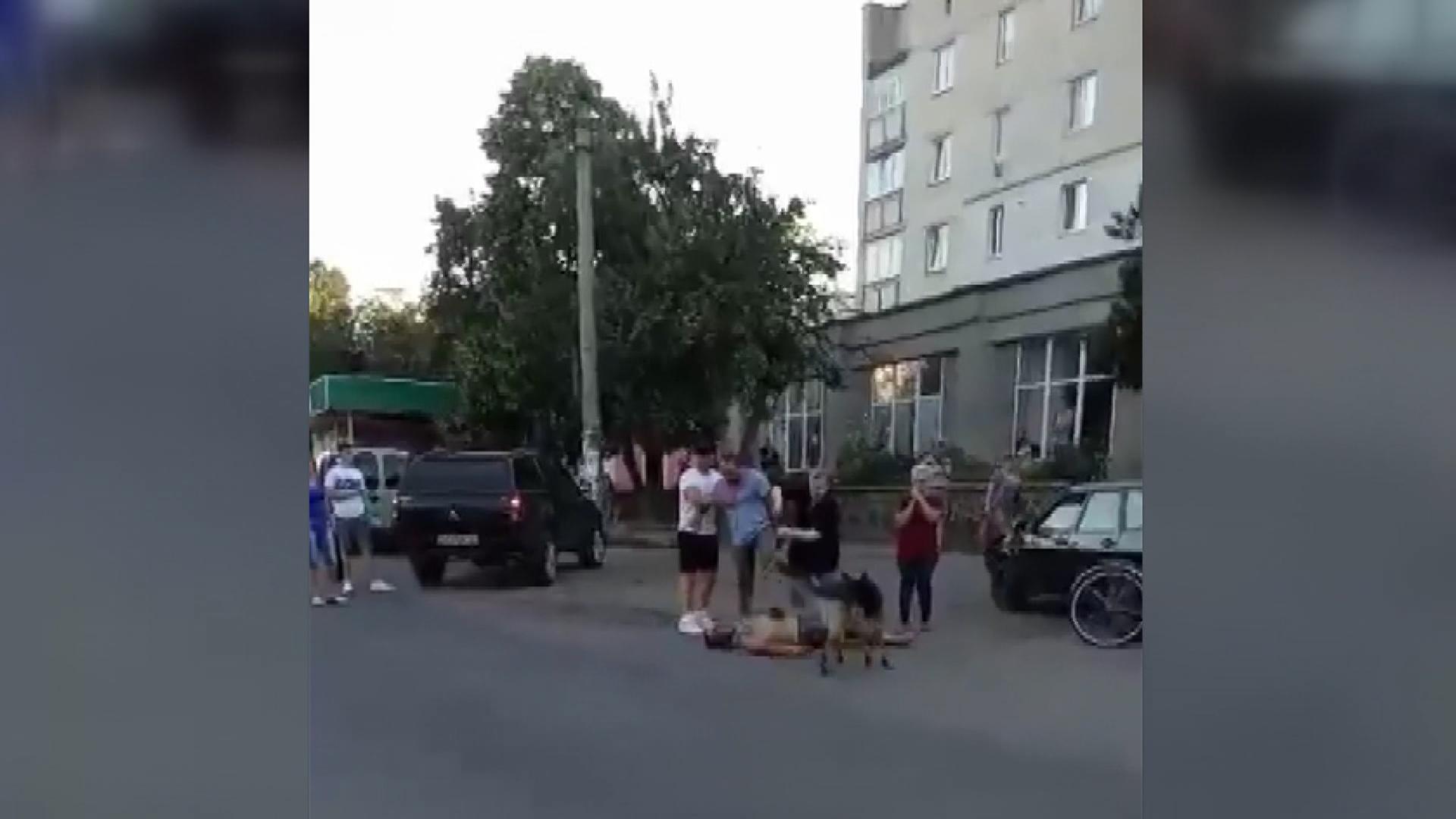 Нетверезий смілянин із собакою жорстоко побив людину