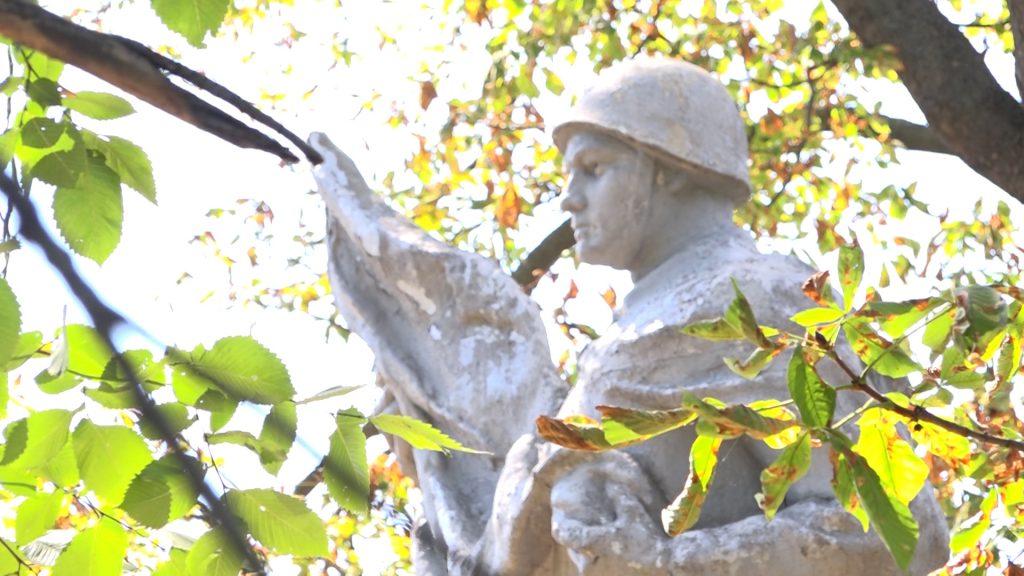 Від початку цього тижня сміляни активно працюють над реставрацією Братської могили на польському цвинтарі. Організувались самостійно. Долучились і працівники СКП «Комунальник».