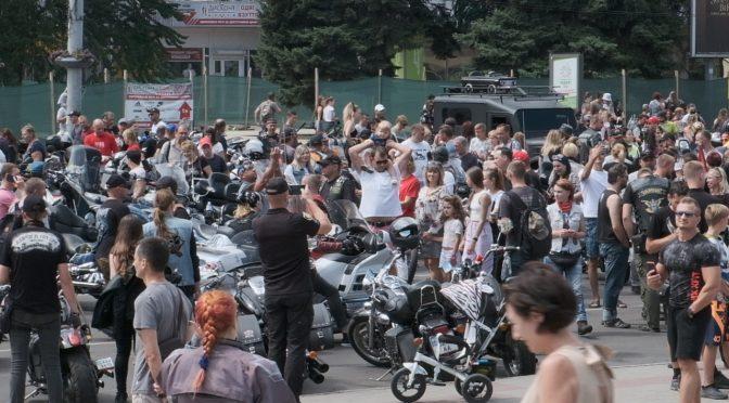 Мотоцикли, весілля та міський голова Бондаренко – Соборна площа зібрала тисячі черкащан