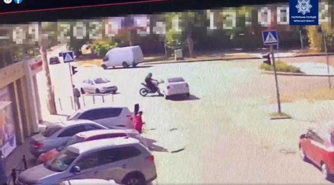 Народився у сорочці: у Черкасах мотоцикліст спровокував ДТП і отримав лише незначні травми