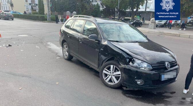 У середмісті Черкас зіткнулися дві автівки: один із автомобілів поїзхав на червоне світло світлофора