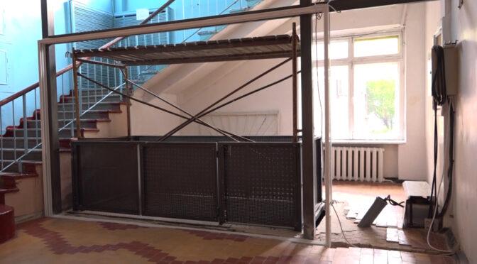 У Смілянській міській лікарні монтують ліфт у неврологічне відділення