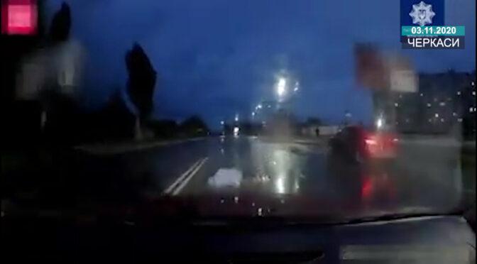 У Черкасах водій переїхав жінку, що лежала на проїжджій частині