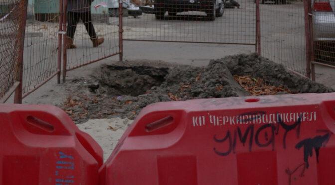 Комунальники місяць не можуть зарити яму після ремонту